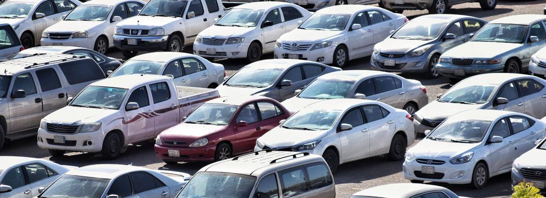 Photo d'un parc automobile avec une multitude de véhicules d'occassions